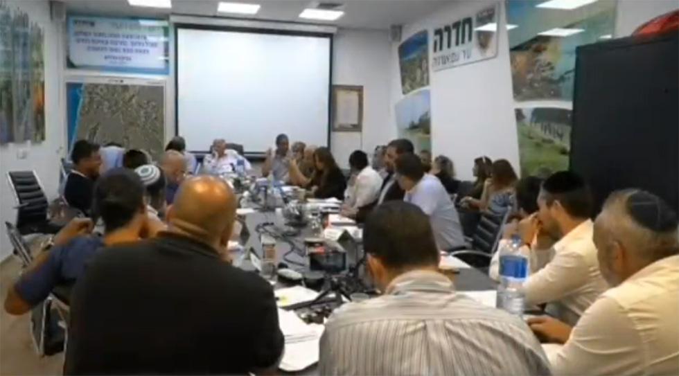 Заседание горсовета в Хадере. Кадр из видео