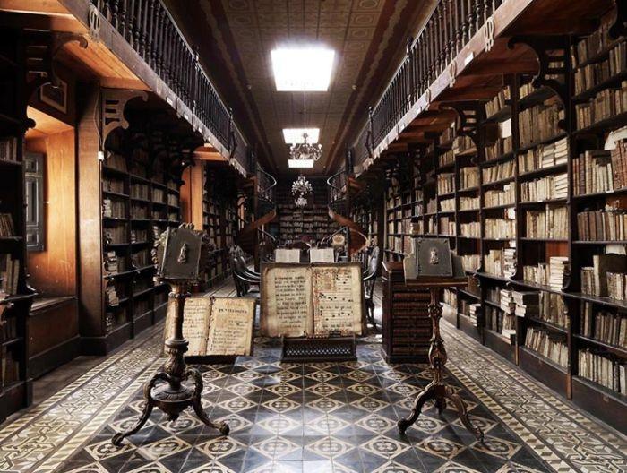 Обширная библиотека, в которой собрано более 25 тысяч томов, в том числе и очень редкие старопечатные издания, выпущенные в XV веке.